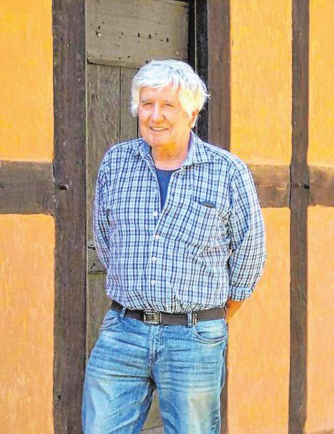 """An der """"Wendener Hütte"""", wo er in traditioneller Weise den Lehmputz erneuert hat: Edgar Rüb, der morgen seit 50 Jahren Maurermeister und genau so lange auch selbstständig ist. Fotos: privat"""