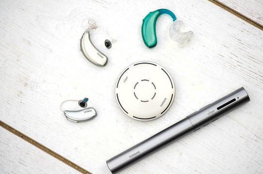 Die modernen Hörgeräte sind klein, unauffällig und mit einer modernen Farbpalette lieferbar Foto: phonak