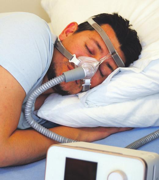 Bei der CPAP-Therapie tragen Schlafapnoe-Patienten eine spezielle Maske, die die Atemwege wirkungsvoll offen hält Bild: Ridvan/adobe.com