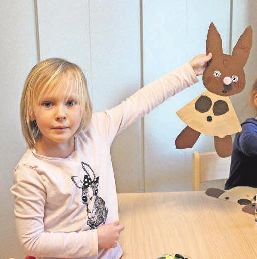 <div>Emma zeigt ihren selbst hergestellten Hasen.</div>