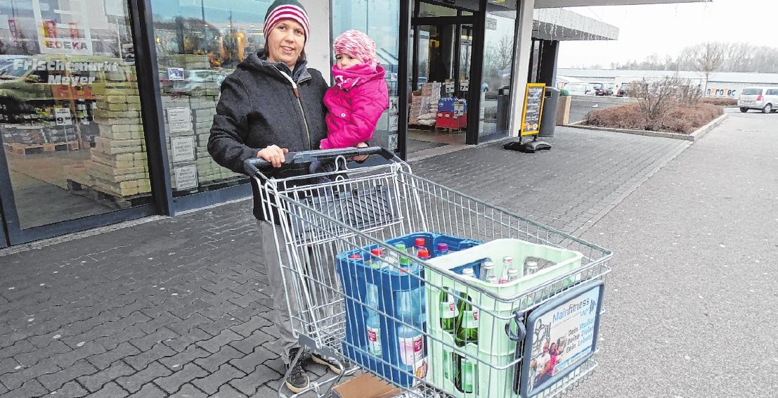 Nach einem Besuch beim Opa in Sylbach geht Anja Lipka aus Weisbrunn mit Tochter Leni gerne im Gewerbegebiet einkaufen. FOTO: CHRISTIAN LICHA