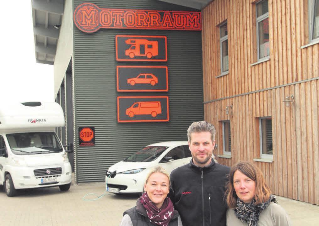 """Kathrin Weber (v.r), Hinrich Weber und Kristin Bremer sind in der Werkstatt """"MotorRaum"""" erste Ansprechpartner.Foto: jhp"""