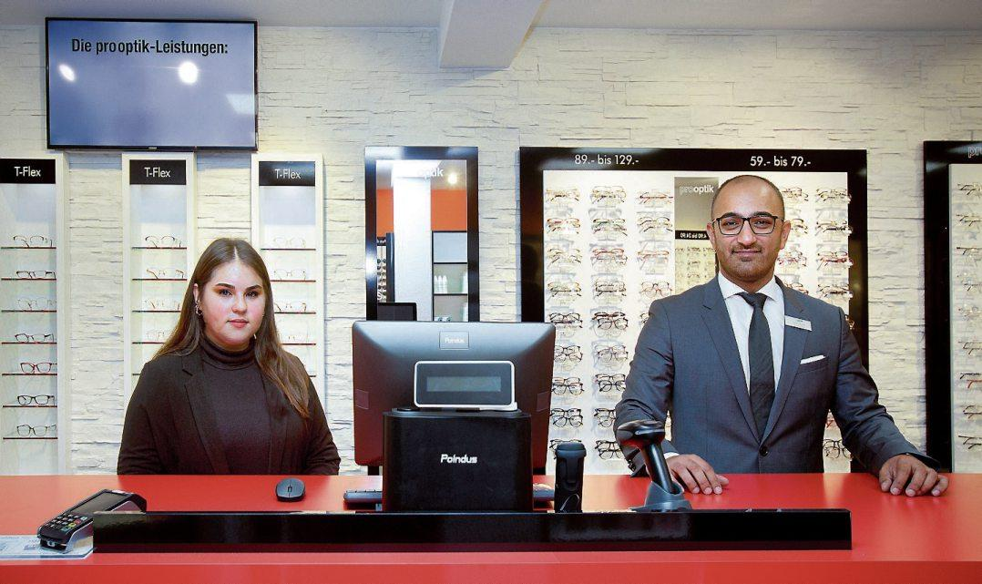 Niederlassungsleiter Sinan Ercik und Ceyda Kurt im neuen pro optik in Rottenburg. Bilder: Erich Sommer