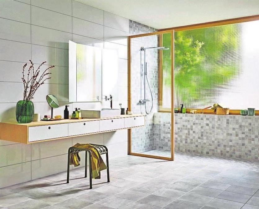 Duschabtrennungen für bodeneben geflieste Duschen lassen sich so einplanen, dass sie leicht zu entfernen sind, wenn noch mehr barrierefreier Komfort gefragt ist. Foto: djd/Deutsche-Fliese.de/Jasba