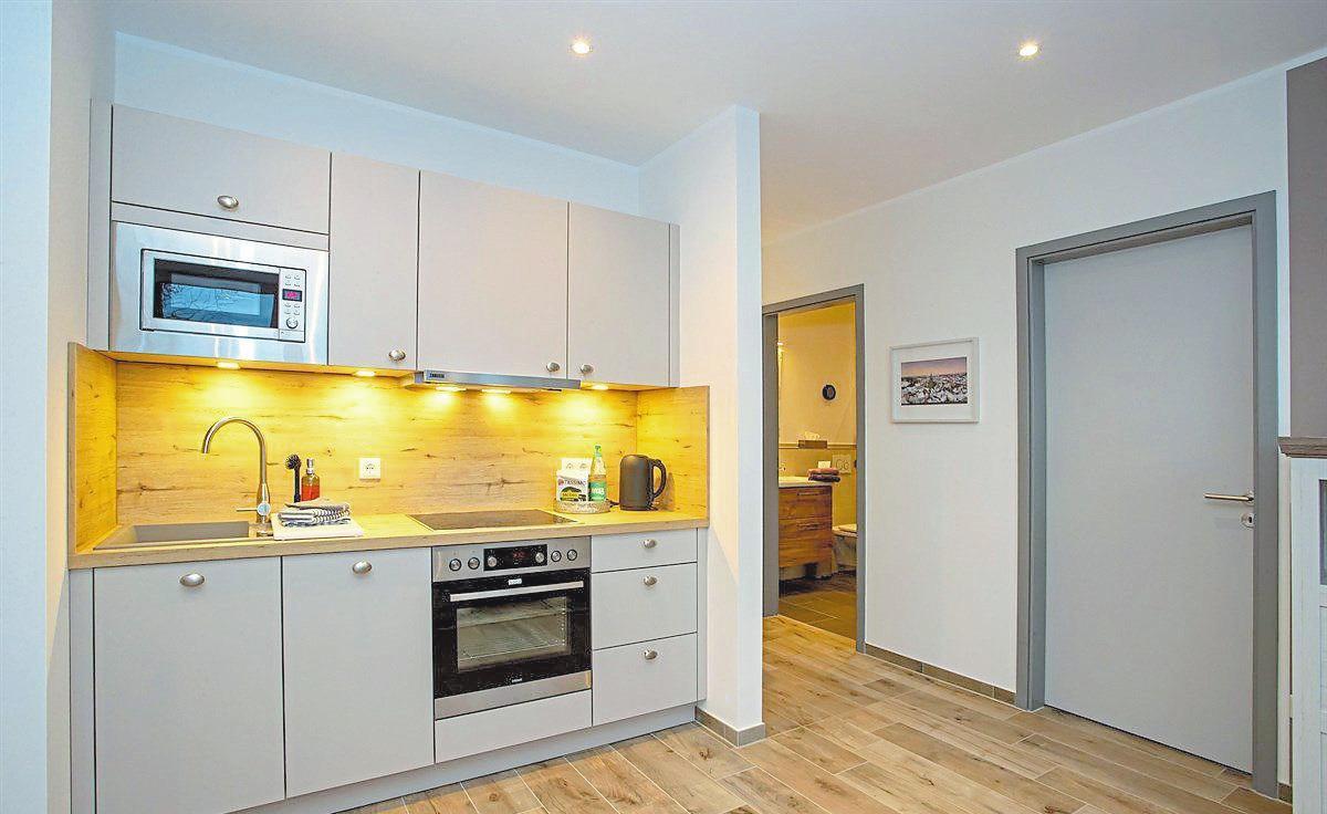 Zum Interieur gehört auch eine komplett eingerichtete hochmoderne Einbauküche. Foto: Kaup