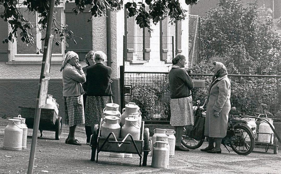 Vergangene Zeiten: Morgendliche Milchabgabe beim Milchhaus Belsen (o.),