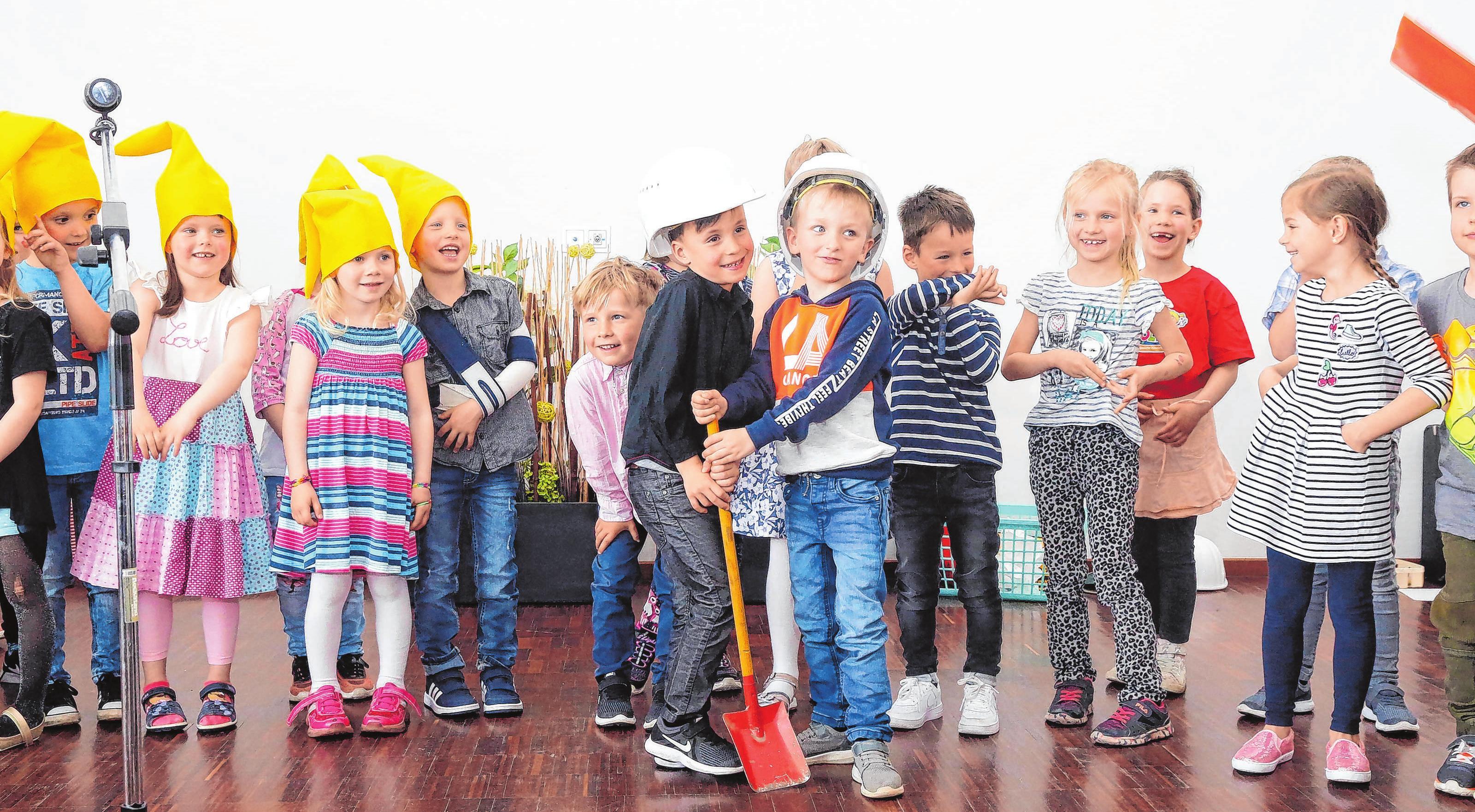 Im Rathaussaal in Britz stellten die Kinder die Bauarbeiten in einem Sketch nach. Zur Eröffnung erfreuten sie die Gäste mit einem bunten Programm. Fotos (2): Sören Tetzlaff