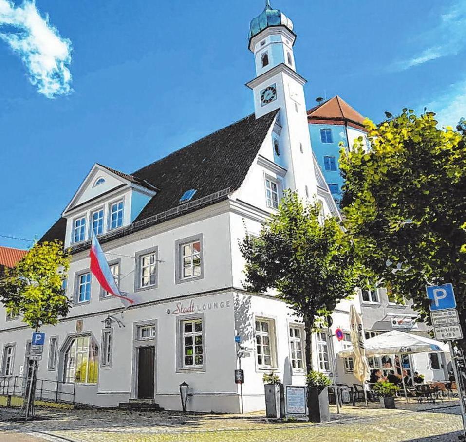 Das denkmalgeschützte Rathaus im Zentrum Burgaus ist immer einen Besuch wert. Foto: jvo