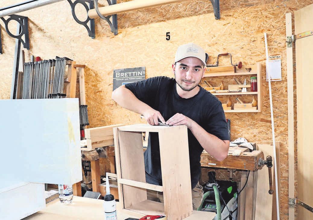 In der Werkstatt arbeitet der Auszubildende Denis Regel an seinem Gesellenstück, einem Sessel.