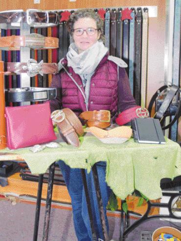 Isabel Gast kümmert sich um den Verkauf der Gürtel bei Ludwig Schröder in Uetersen im Fabrikshop