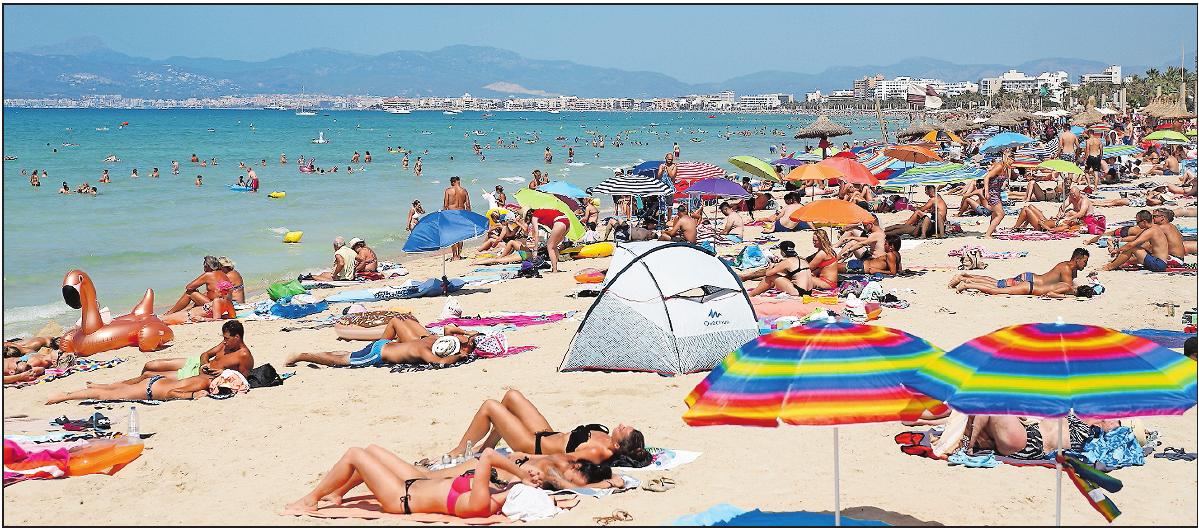 Eins der Hauptziele für deutsche Touristen während der Sommersaison: Ein Strand auf der Balearen-Insel Mallorca. FOTO: CLARAMARGAIS/DPA