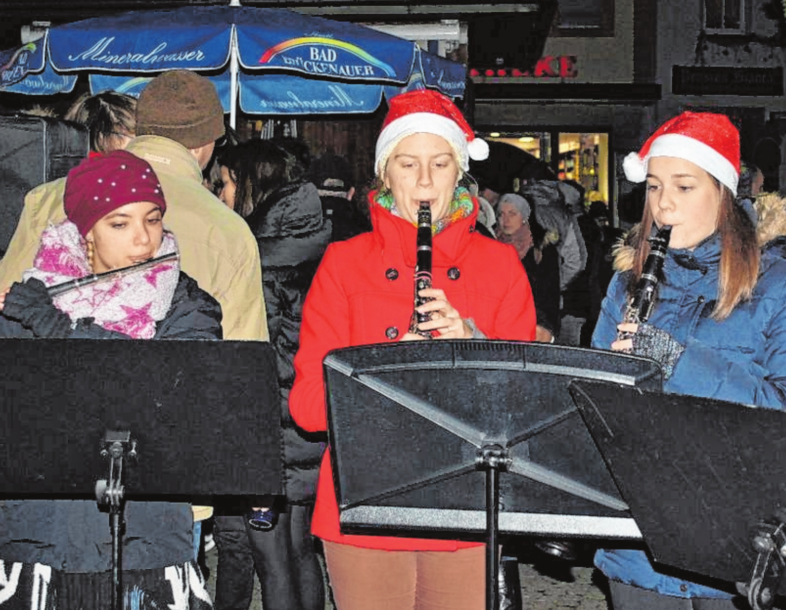 Sich Zeit nehmen und Ausspannen – das kann man beim Winterzauber in Bad Königshofen. Vorweihnachtliche Musik mit dem Musikverein Merkershausen gehört zur festlichen Stimmung natürlich dazu. FOTOS: REGINA VOSSENKAUL