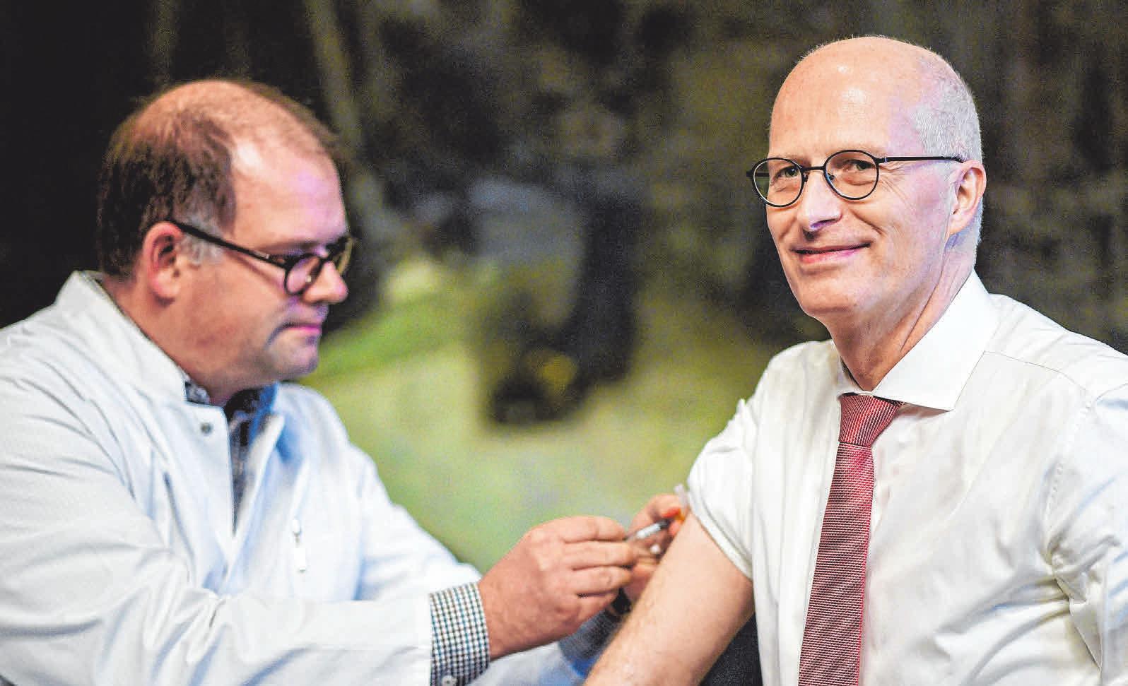 Gerade ältere Menschen sollten sich impfen lassen. FOTO: DPA/AXEL HEIMKEN