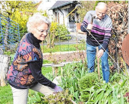 """Für Waltraud und Helmut Wackler ist Gartenarbeit ein Ausgleich – und """"alle Anspannung geht dann weg""""."""
