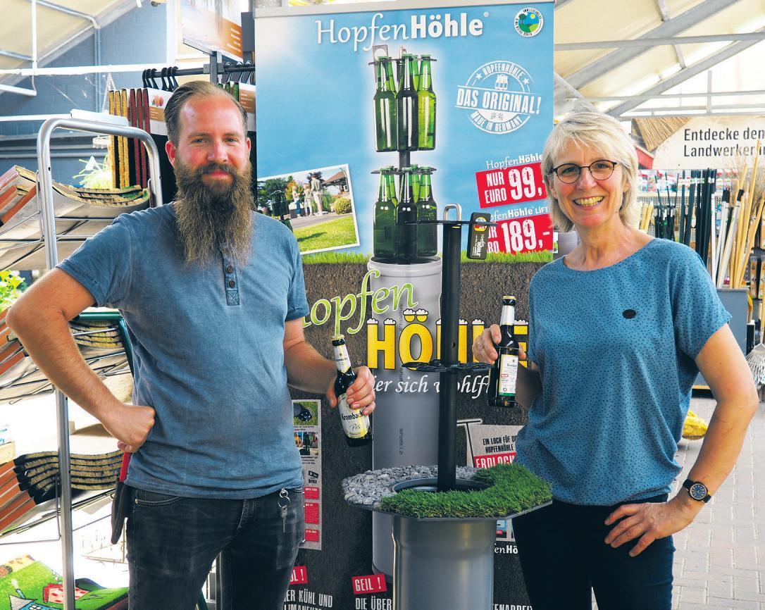 Kühles Bier und andere Getränke ganz natürlich gekühlt: Raimund Ehlers und Katrin Andresen zeigen, wie die Hopfenhöhle funktioniert Foto: cs