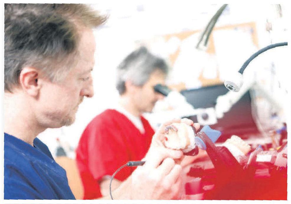 Dank des praxiseigenen Meisterlabors hat der Zahntechniker engen Kontakt und kurze Wege zu Patient und Behandler.