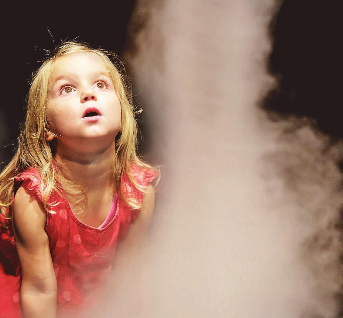 So schön ist Physik. Ein Mädchen beobachtet einen Nebeltornado beim Entstehen. © Nina Stiller
