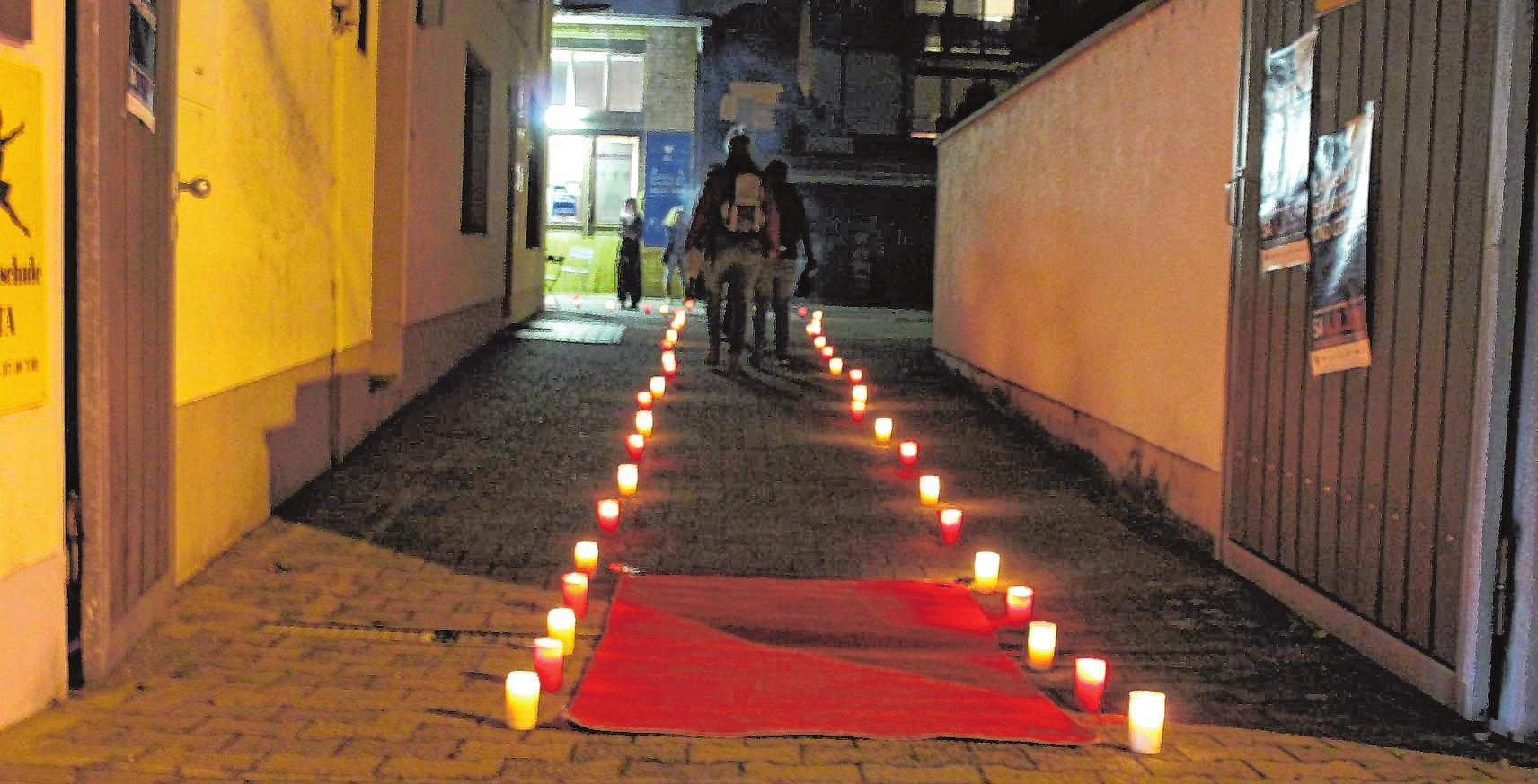 """Der rote Teppich und die Lichter sind zwei der Erkennungszeichen der teilnehmende Geschäfte für Besucher in der """"Langen Nacht der Kunst und Genüsse"""". Kleine Zierbäumchen bilden das Dritte. BILD MS"""