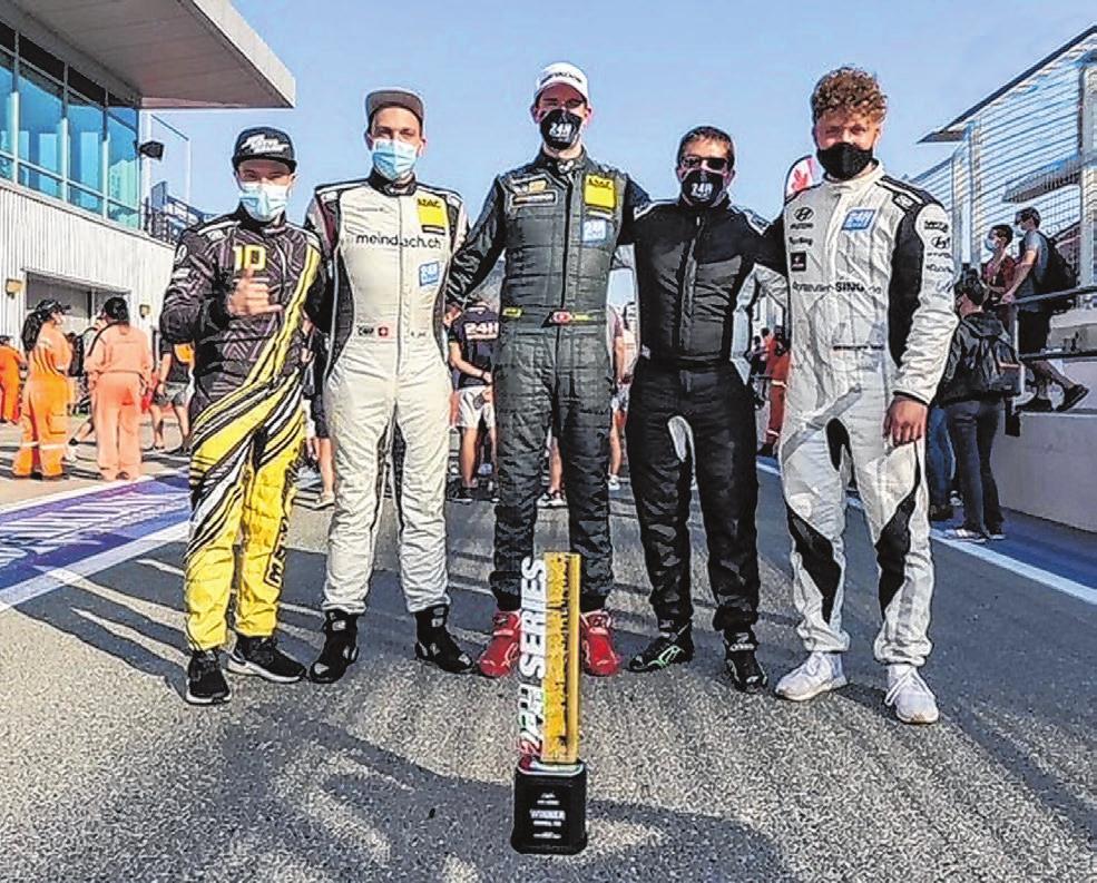 Das Fahrerquintett Benjamin Leuchter, Ronny Jost, Fabian Danz, Adrian Spescha und Patrick Sing (von links) freut sich über die Trophäe in der TCE-Division. Foto: privat