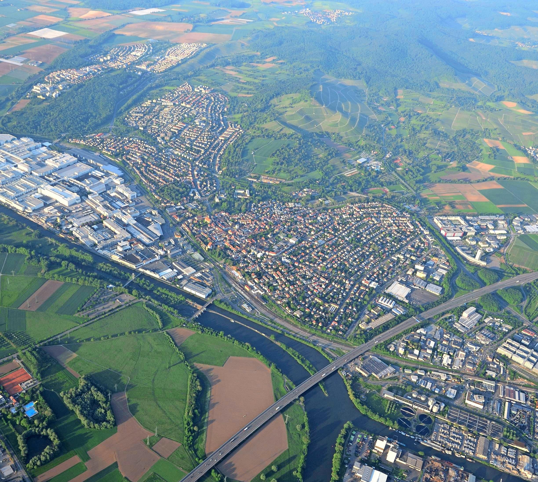 Auf Wunsch örtlicher Unternehmen und des Gemeinderats baut die Stadt Neckarsulm das ÖPNV-Angebot aus und erprobt zwei zusätzliche Expresslinien zwischen den beiden Gewerbegebieten. Luftbild: Archiv/Gleichauf