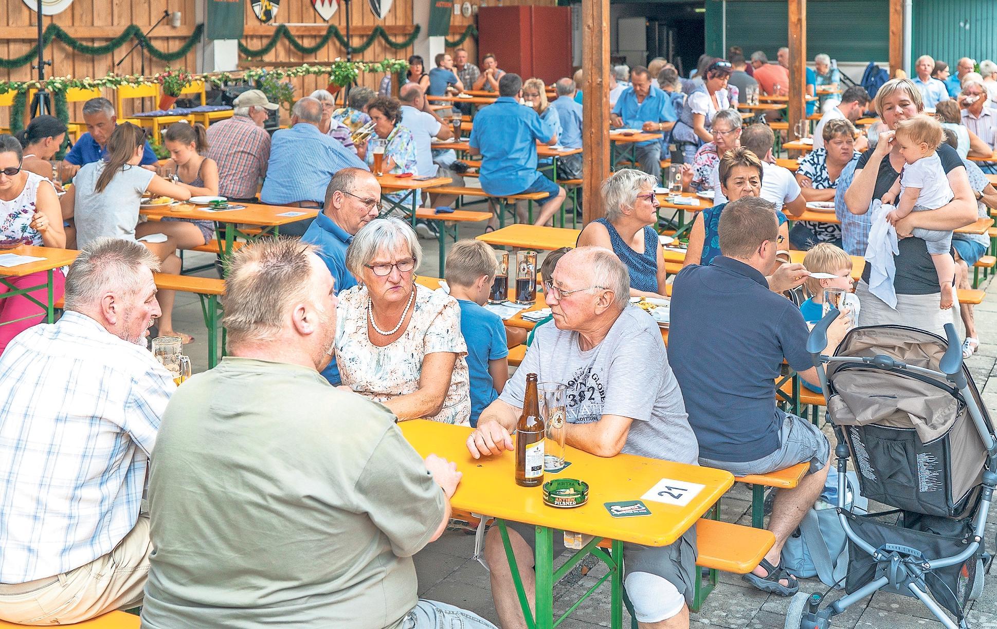 In dem überdachten Biergarten des Reservistenheims lässt es sich an den fünf Kerwatagen gut feiern. Foto: Andreas Harbach