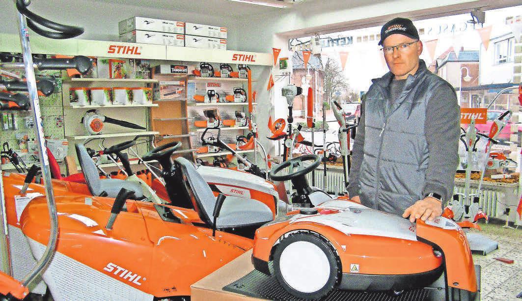 Mirko Denker-Gosch, Inhaber von Zweirad Wöllert, empfiehlt das aktuelle Sortiment an Gartengeräten aus dem Hause Stihl. . Foto: BG