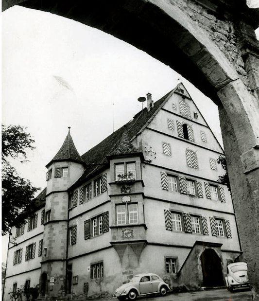 Georg VII., Freiherr von Ow zu Hirrlingen, hatte 1557 das Wasserschloss mit Graben, Weiher, Zwinger und Zugbrücke im Renaissancestil errichten lassen. Archivbild: Peter Blunck