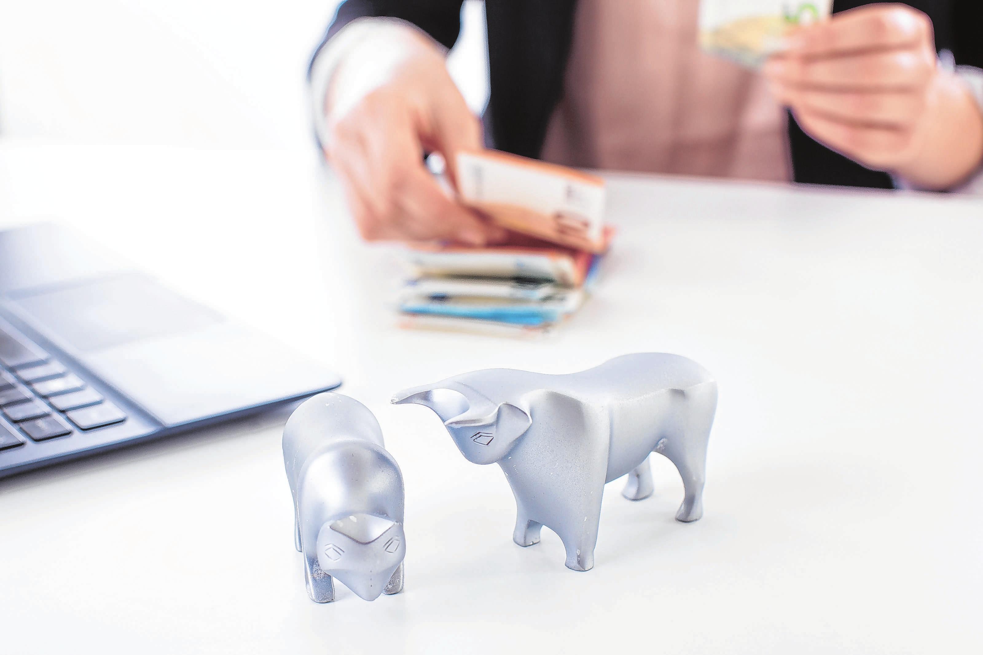 Seit Januar 2019 werden vom Fondsvermögen automatisch 15 Prozent Körperschaftssteuer auf Dividenden und Gewinne an das Finanzamt abführt. Foto: Christin Klose/dpa-mag