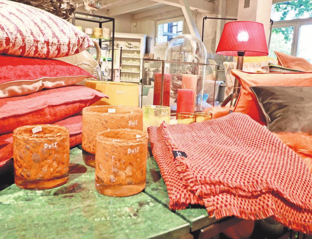 Orange erinnert uns an Feuer: Mit den Decken und Kissen von Home & Garden machen wir es uns drinnen und draußen gern gemütlich.