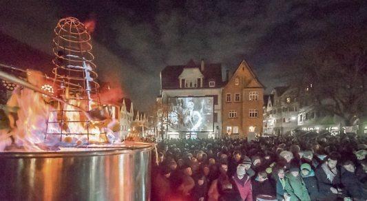"""Das ist Kult: Traditionell gibt's am Weihnachtsmarkt-Freitagabend am Haagtorplatz die """"Feuerzangenbowle"""" mit Heinz Rühmann auf Großbildleinwand zu sehen."""