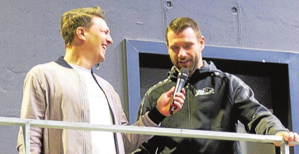 Beliebter Interviewpartner: Basti Schwele von Magenta TV amüsierte sich auch bei der Saisonabschlussfeier im Curt-Frenzel-Stadion über Haases trockene Sprüche.