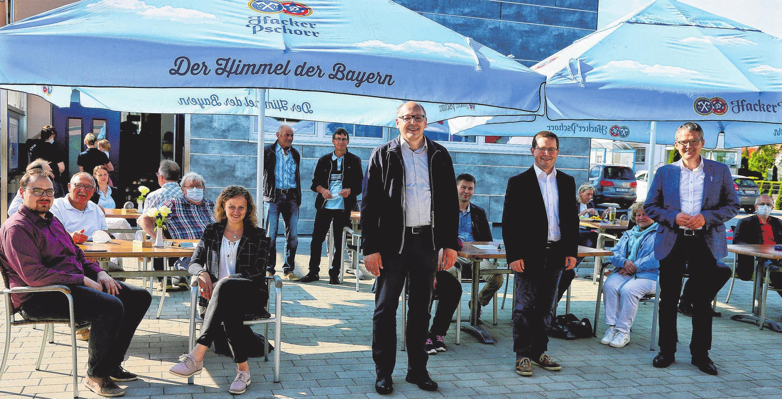 Der ehemalige Bürgermeister Nikolaus Ebert, sein Nachfolger Johannes Joas und Bundestagsabgeordneter Roderich Kiesewetter (vorne von rechts) sowie Mitglieder des Gemeinderats Unterschneidheim waren eine der ersten Besucher des neuen Biergartens vom Platzwirt. FOTO: HAFI