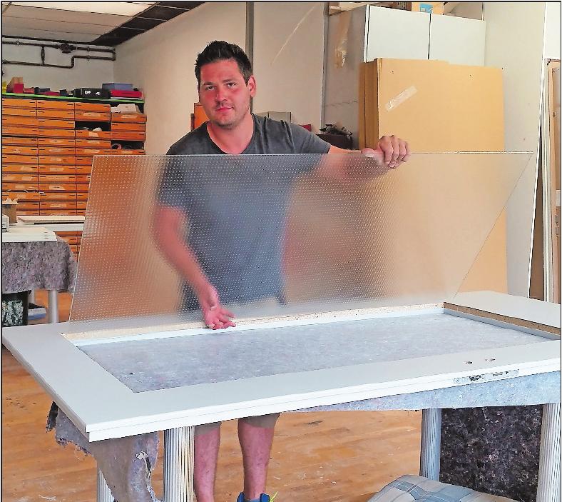 Handwerk vom Fach: Mitarbeiter Pawel Wojaczek beim Einpassen einer Glasscheibe in die Tür. FOTO: MA