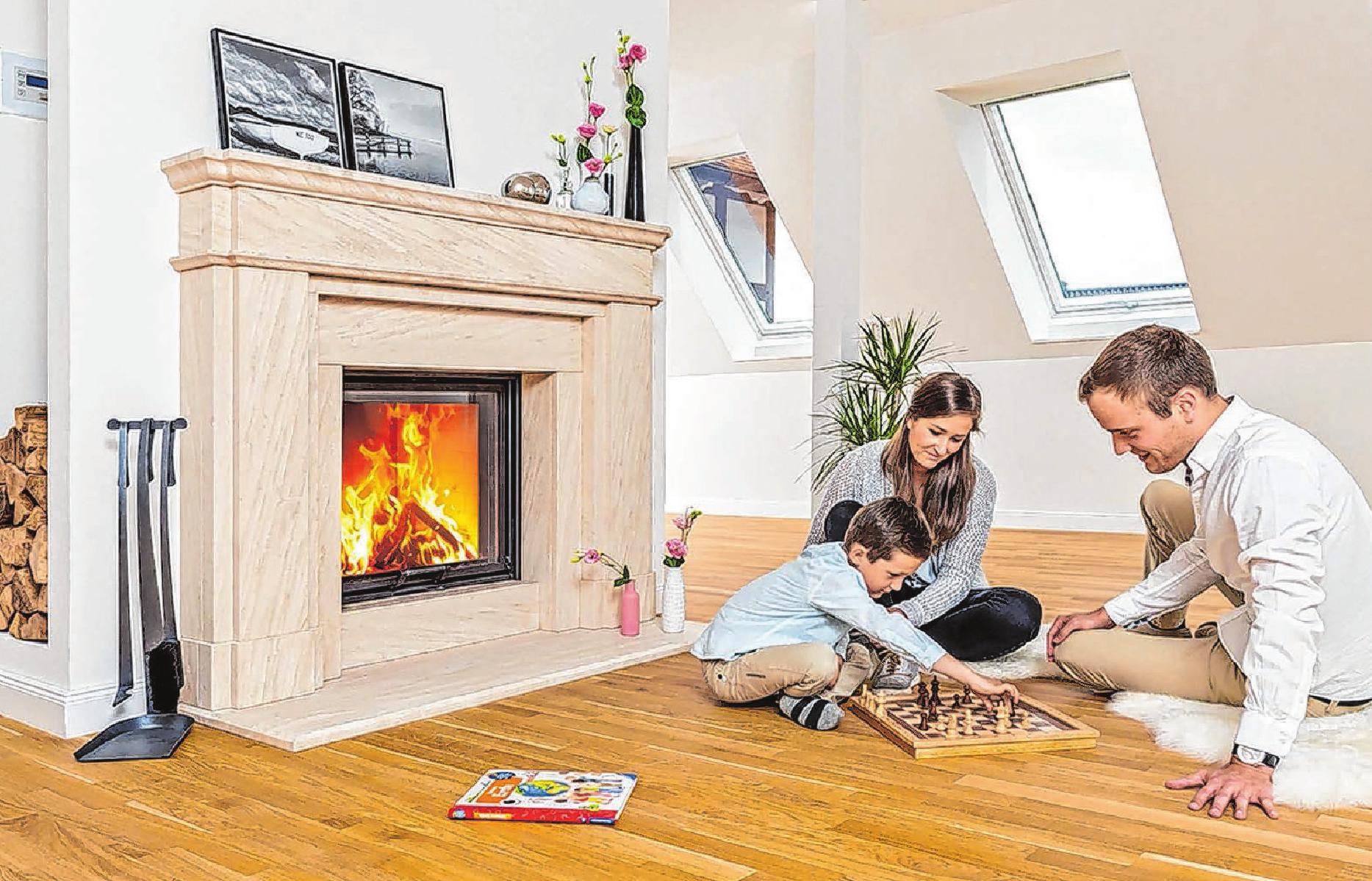 Zu den schönsten Glückserlebnissen für Kinder und Erwachsene kann es gehören, sich gemeinsam um ein echtes Feuer zu versammeln und dessen Wärme zu spüren.                Foto: djd/AdK/www.kachelofenwelt.de/Schmid