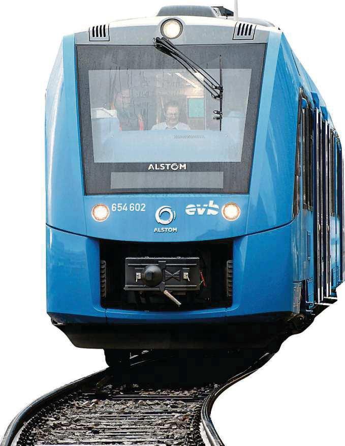 800 Kilometer mit einer Füllung: Der Coradia iLint des französischen Herstellers Alstom, der weltweit erste Wasserstofftriebzug für den Regionalverkehr, ist im Bahnhof von Basdorf zu Gast. Die Heidekrautbahn möchte in Zukunft umweltfreundlicher fahren.