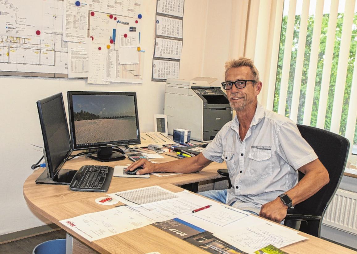 Helmut Feser, Geschäftsführer der Dietmar Nees GmbH, im Büro. FOTO: HELMUT HUSSONG