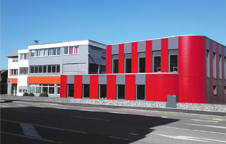 Erweiterung: Der neue Anbau rechts beherbergt das Aus- und Weiterbildungszentrum mit Lehrwerkstatt für die perfekte Förderung des Nachwuchses. Foto: Architektur Keller