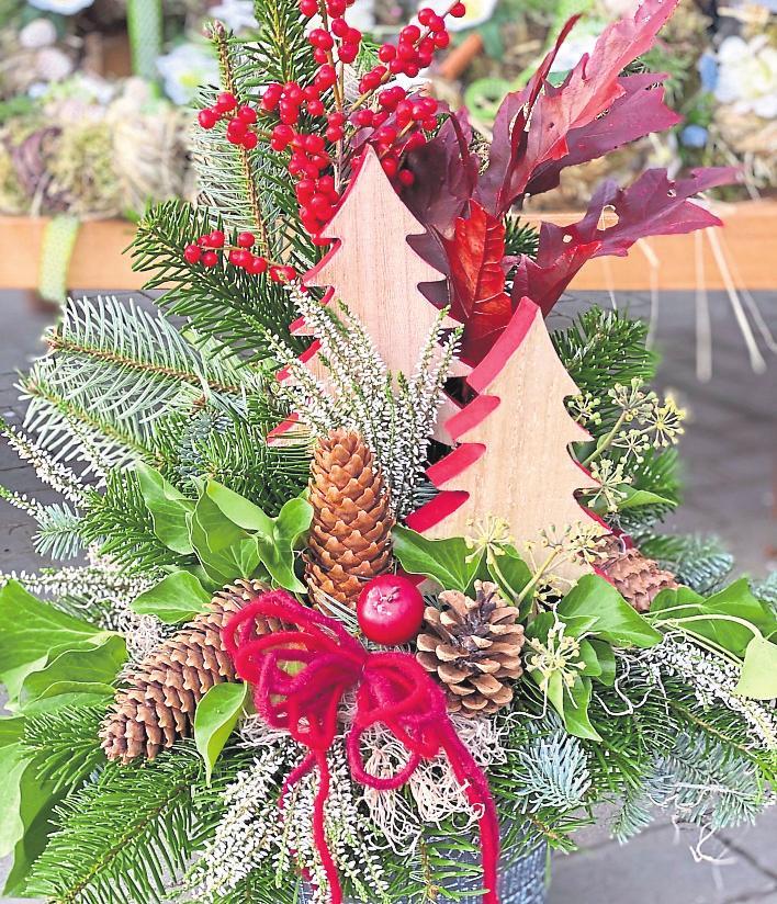 Rot ist der weihnachtliche Klassiker. Mit stilvollen Gestecken sorgen die Floristen für handgemachte Unikate.