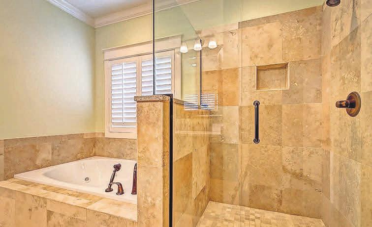 In einem Mehrgenerationenhaushalt ist eine barrierefreie Dusche vorteilhaft.