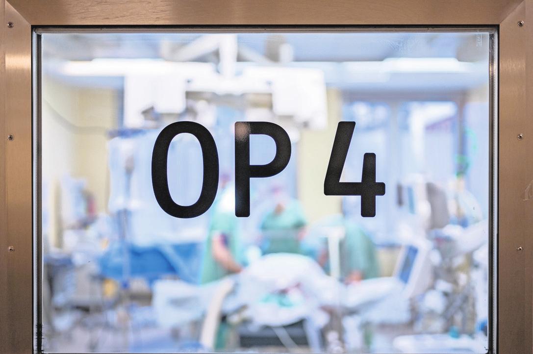 OP am falschen Fuß? Grobe Verstöße gegen die ärztliche Sorgfaltspflicht sind offensichtlich. Bei Beschwerden nach einer Behandlung ist ein Fehler nicht immer leicht nachzuweisen.          FOTO: FLORIAN SCHUH/DPA