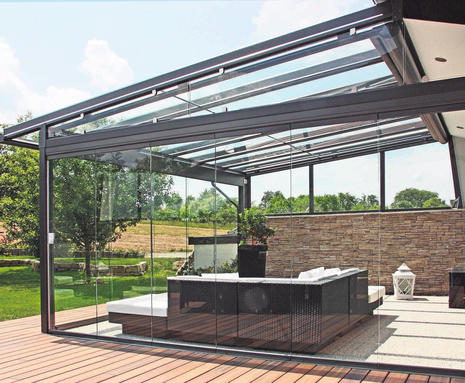 Ein Sommerdach dosiert Licht und Sonne, wie man es am liebsten mag – und macht den Garten das ganze Jahr über zum Lieblingsplatz.