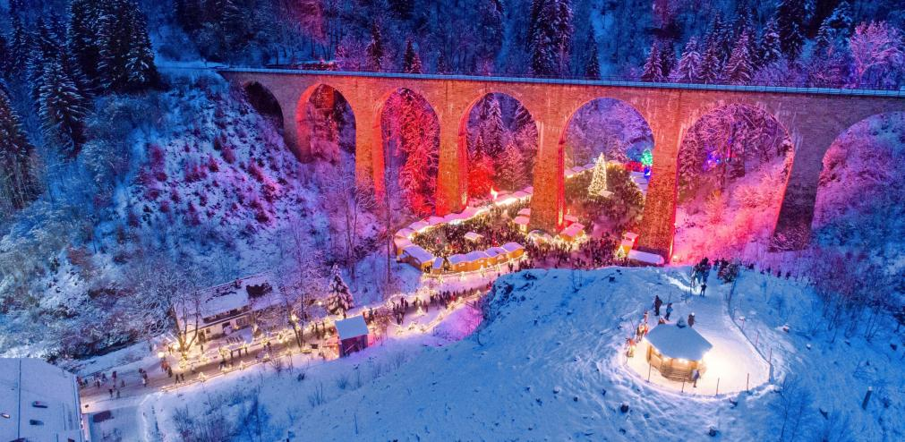Der Weihnachtsmarkt in der Ravennaschlucht beeindruckt mit einer imposanten Kulisse und regionalen Ausstellern. Foto: Hochschwarzwald Tourismus