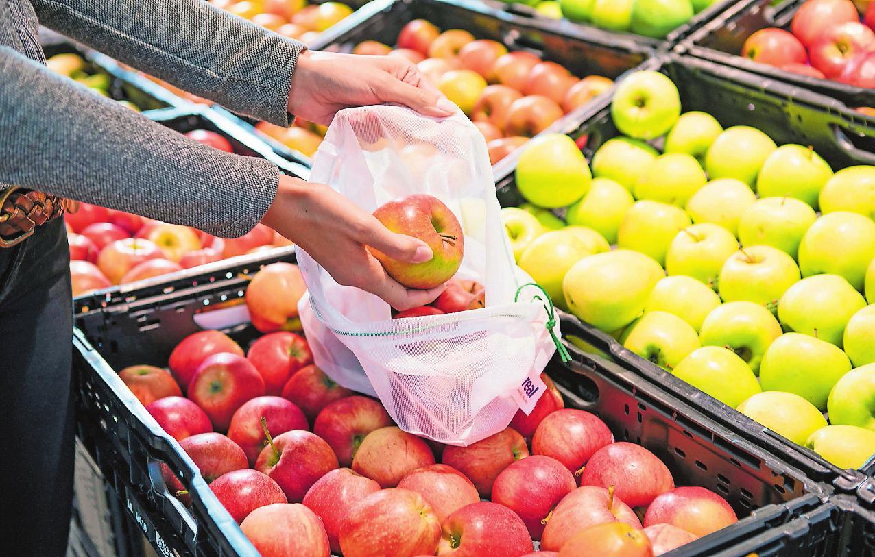 """Waschbare Mehrwegnetze zur Verpackung von Äpfeln und anderen frischen Waren gehören in der Obst- und Gemüseabteilung zum Konzept """"Frische unverpackt"""".FOTO: REAL/FREI"""