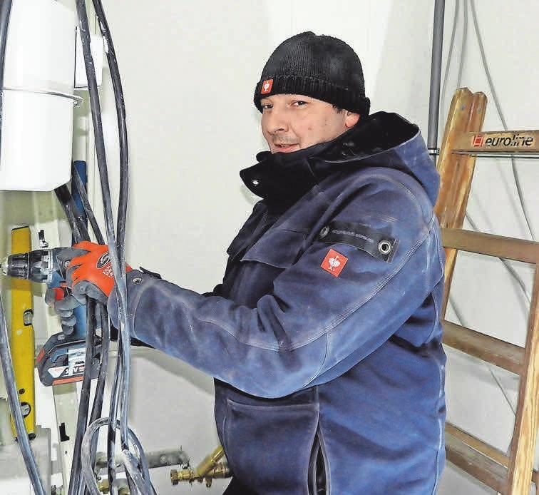 Oliver Hasselbring bei der Elektroinstallation in einem Neubau.