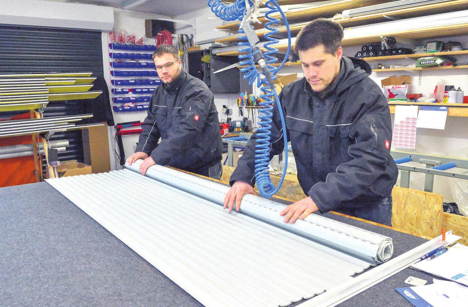 Der fertige Rollladen wird gerollt und ausgeliefert: Stefan Vorwald (rechts) und Raphael Aue. FOTO: MAH