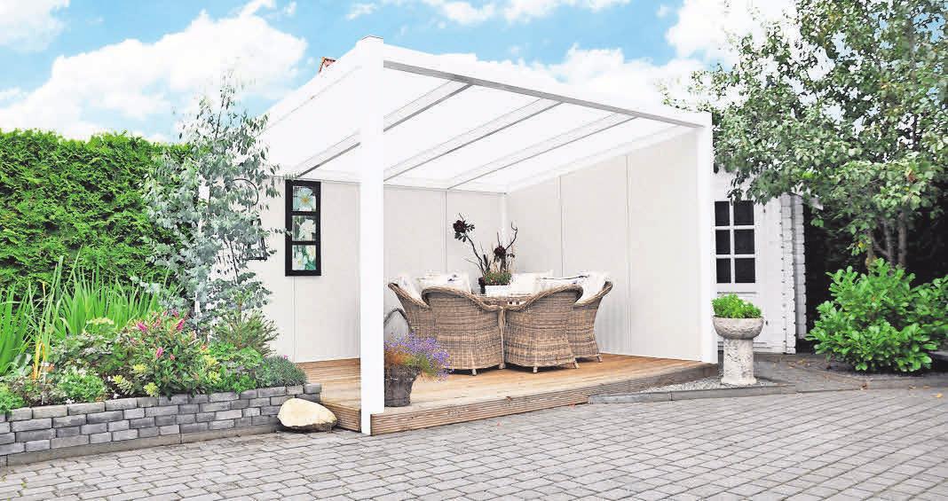 Mit einem Terrassendach können Gartenliebhaber die Freiluftsaison beträchtlich länger genießen. Foto: hfr