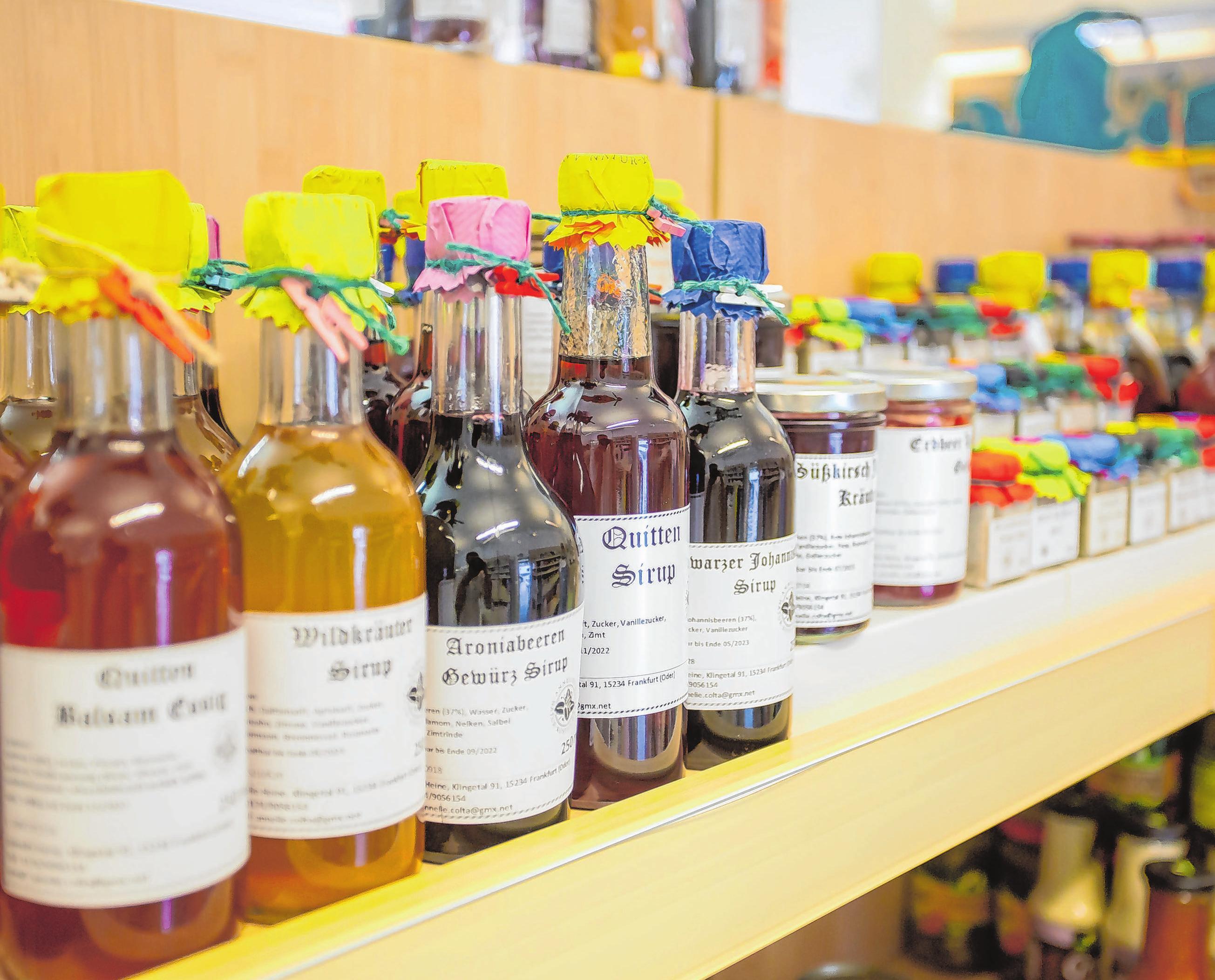 Produkte aus Frankfurt: Sirup, Salz und Essig-Spezialitäten eignen sich als Geschenk oder für den eigenen Verbrauch. Fotos: Wichern Diakonie/René Matschkowiak