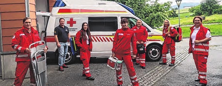 Ortsstellenleiterin Helga Berger (ganz rechts) und Dienstführender Thomas Wallner (mit dunklem Hemd) freuen sich über die Neuzugänge im Rettungsdienst.