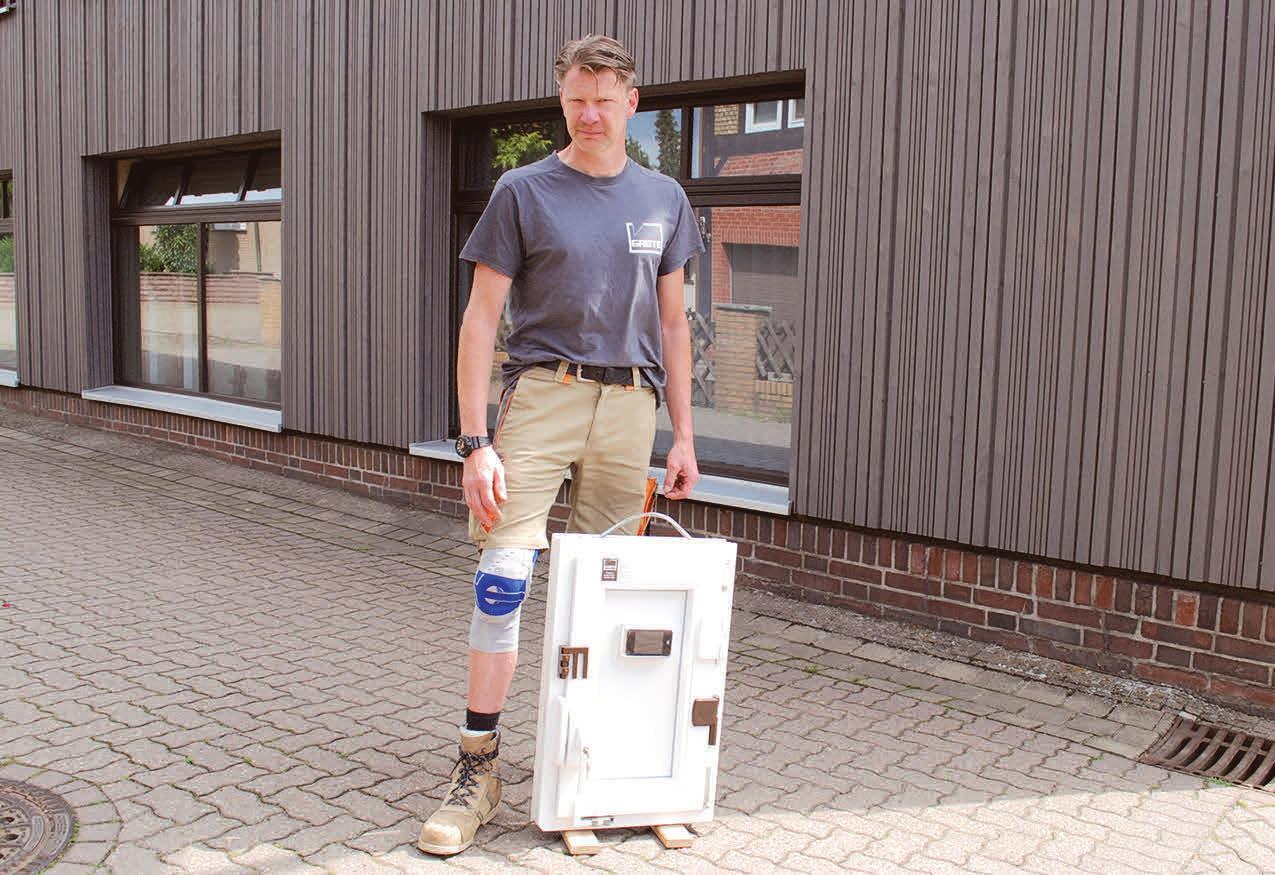 Tischlermeister Oliver Grote bietet Einbruchschutz für Fenster und Türen. Foto: Birthe Kußroll-Ihle