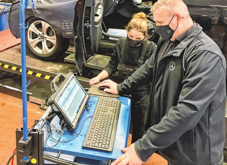Die Mitarbeiter in den Servicewerkstätten dürfen weiterhin arbeiten, um Reparaturen durchzuführen und die Fahrzeuge der Kunden wieder instand setzen zu können.